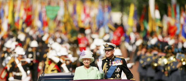 Senior Couple「60th Anniversary Of End Of WWII - Buckingham Palace Flypast」:写真・画像(12)[壁紙.com]
