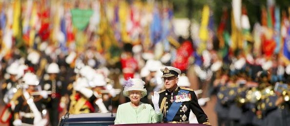 Senior Couple「60th Anniversary Of End Of WWII - Buckingham Palace Flypast」:写真・画像(13)[壁紙.com]
