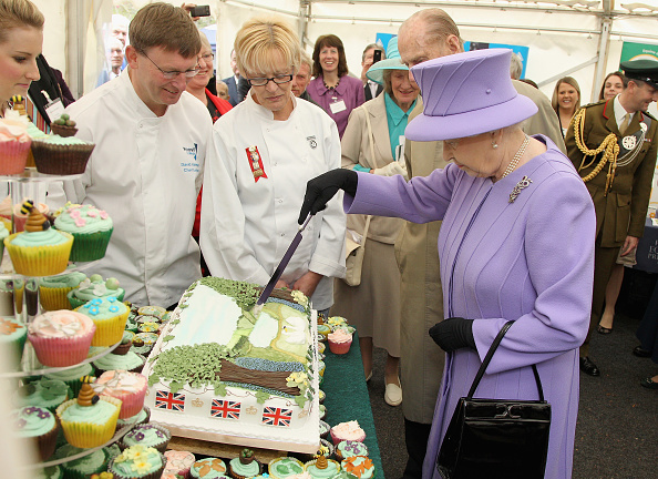 Eating「Queen Elizabeth II Visits The South West」:写真・画像(4)[壁紙.com]