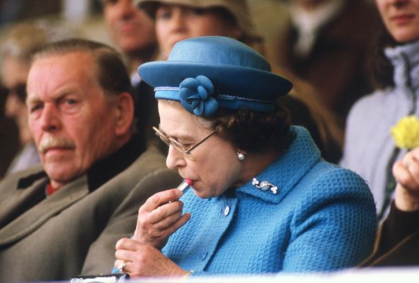 Make-Up「Queen Elizabeth II putting on lipstick」:写真・画像(8)[壁紙.com]