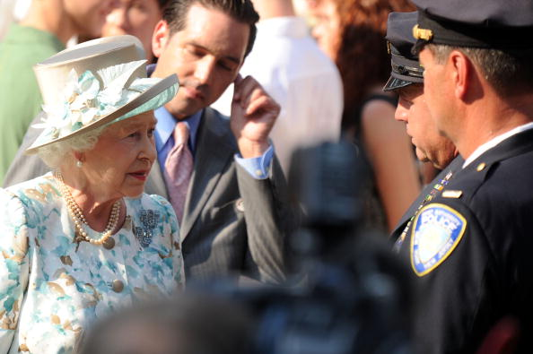 Visit「Queen Elizabeth II Visits The World Trade Center」:写真・画像(3)[壁紙.com]