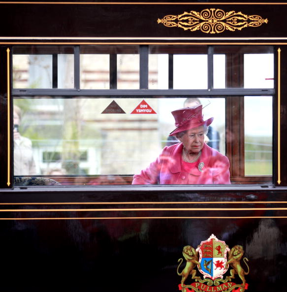 Jewelry「The Queen Pays A Visit To Caernarfon Castle」:写真・画像(17)[壁紙.com]