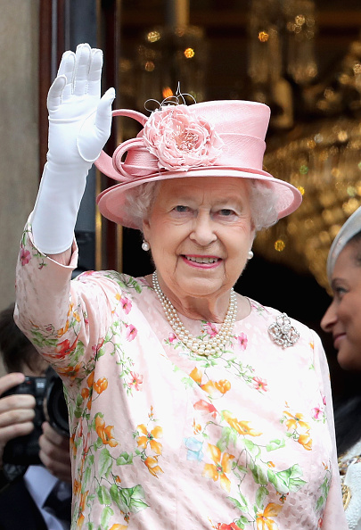 Waving - Gesture「The Queen and Duke Of Edinburgh Visit Liverpool」:写真・画像(9)[壁紙.com]