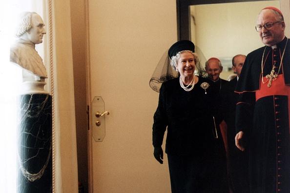 Politician「John Paul II Meets Queen Elizabeth II」:写真・画像(19)[壁紙.com]