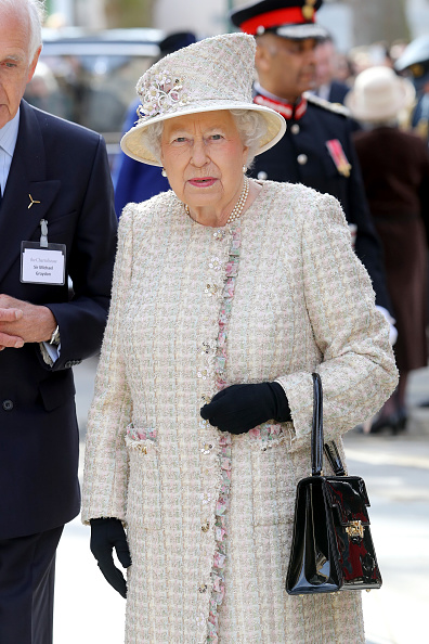 Purse「The Queen And Duke Of Edinburgh Open A New Development At The Charterhouse」:写真・画像(2)[壁紙.com]