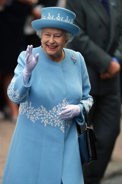 Waving「Queen Elizabeth II And Prince Philip, Duke Of Edinburgh Visit Northern Ireland - Day 1」:写真・画像(17)[壁紙.com]
