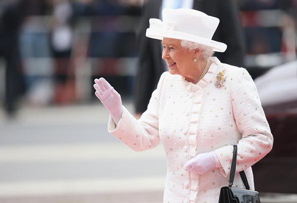 Waving「Queen Elizabeth II Visits Berlin」:写真・画像(3)[壁紙.com]