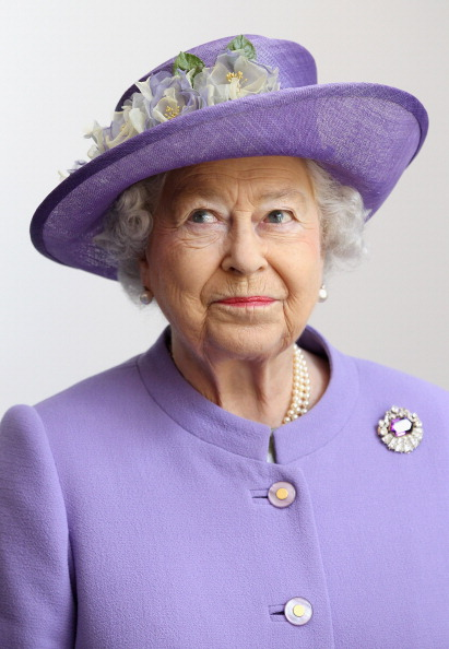 Vertical「Queen Elizabeth II Visits The East Midlands」:写真・画像(7)[壁紙.com]