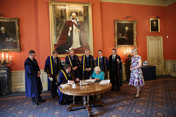Art Product「The Queen Visits Drapers' Hall For Luncheon On The 70th Anniversary Of Her Majesty's Admission To The Freedom Of The Company」:写真・画像(4)[壁紙.com]