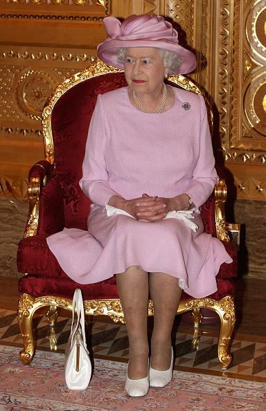 Sitting「Queen Elizabeth II And Prince Philip Visit Visit Oman - Day 1」:写真・画像(9)[壁紙.com]