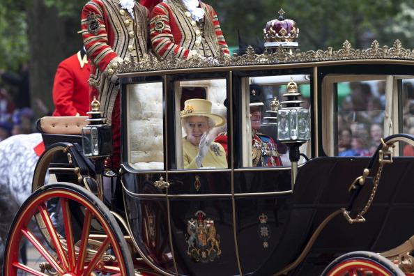 Tom Stoddart Archive「Queen In Wedding Procession」:写真・画像(1)[壁紙.com]