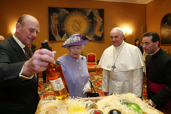 Visit「The Queen And Duke Of Edinburgh Visit Rome And The Vatican City」:写真・画像(5)[壁紙.com]