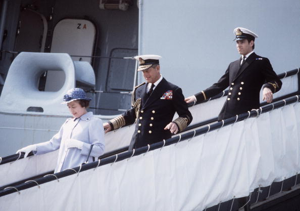 Passenger Boarding Bridge「GBR: Queen Elizabeth II and Prince Philip, the Duke of Edinburgh walk down the gangway of HMS Invincible」:写真・画像(3)[壁紙.com]