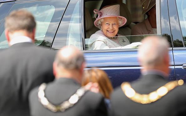 2人「The Queen Celebrates 300 Years Of The Royal Artillery」:写真・画像(18)[壁紙.com]