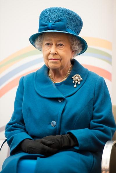 Brooch「Queen Elizabeth II Visits The Royal Commonwealth Society」:写真・画像(16)[壁紙.com]