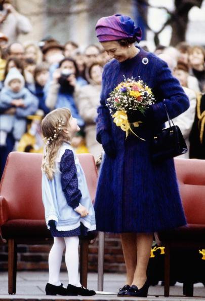 Visit「Queen Elizabeth II is presented with a posy of flowers」:写真・画像(7)[壁紙.com]