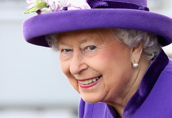 笑顔「The Queen And The Princess Royal Visit HM Naval Base In Portsmouth」:写真・画像(3)[壁紙.com]