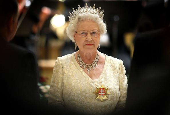 Elizabeth II「The Queen and Duke of Edinburgh's Tour of Slovakia Day 1」:写真・画像(4)[壁紙.com]