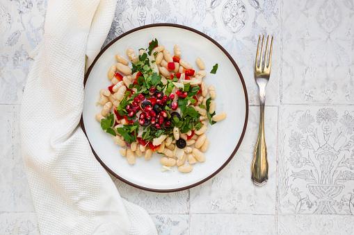 Fennel「Oriental bean salad (cannellini beans, fennel, bell pepper, black olives, pomegranate seeds, mint, parsley)」:スマホ壁紙(1)