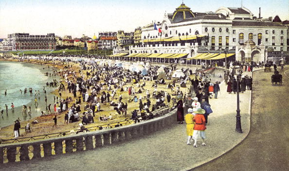 Nouvelle-Aquitaine「the beach in front of the casino in Biarritz, in the Basque region, in the Pyrenees-Atlantiques, France, in 1920」:写真・画像(1)[壁紙.com]