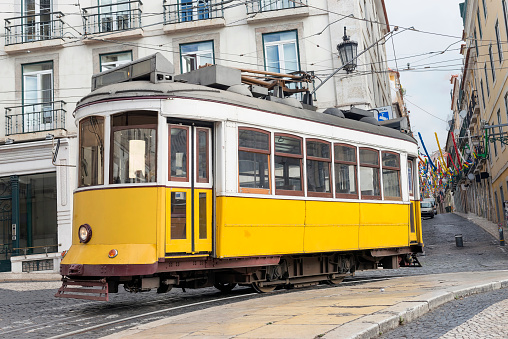 Aerial tramway「Yellow tram in Lisbon」:スマホ壁紙(18)