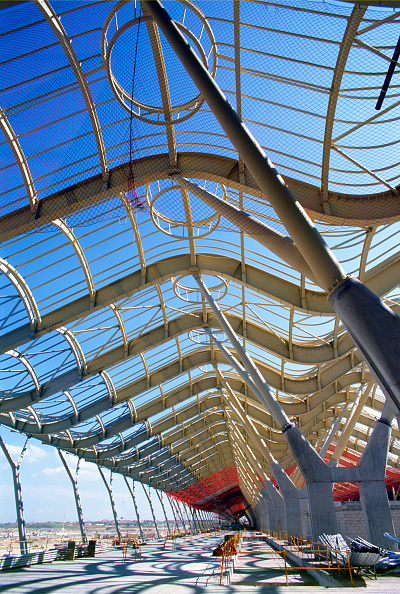 Ceiling「Steel structure. The swooping wing profile shape is clear at the long main terminal by architect Richard Rogers for the Barajas airport in Madrid, Spain.」:写真・画像(6)[壁紙.com]