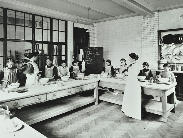 Preparing Food「Student Teacher In A Cookery Lesson, Battersea Polytechnic, London, 1907. Artist: Unknown.」:写真・画像(11)[壁紙.com]