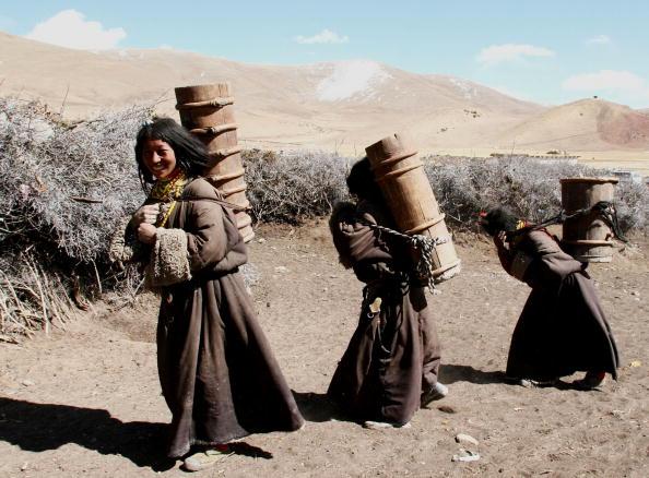 Village「Kangba Women Fetch Water With Traditional Barrels」:写真・画像(14)[壁紙.com]