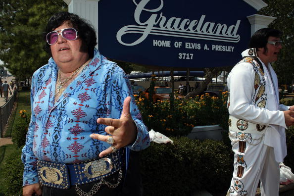 """Carl flock「Elvis Fans Flock To Memphis For 30th Anniversary Of """"The King's"""" Death」:写真・画像(5)[壁紙.com]"""