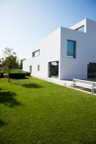 Villa「Grassy lawn of modern house」:スマホ壁紙(12)