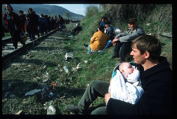 大量殺人「Refugees Flee Kosovo For Macedonia」:写真・画像(18)[壁紙.com]