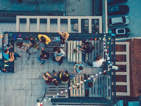 都市生活「屋根の上音楽バンドを聴く友人」:スマホ壁紙(18)