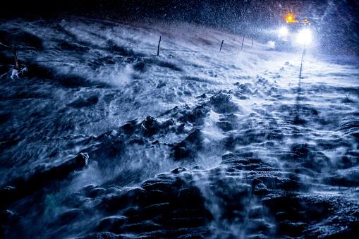 吹雪「Snowplow Truck Cleaning the Icy Road by Night」:スマホ壁紙(6)