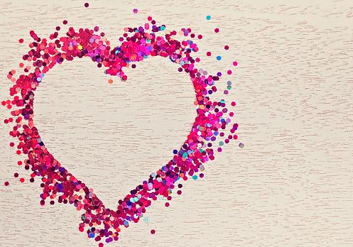バレンタイン「Confetti in shape of heart on wood」:スマホ壁紙(7)