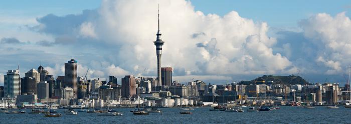 New Zealand Culture「Auckland skyline with sailboats in Waitemata Harbour.」:スマホ壁紙(2)