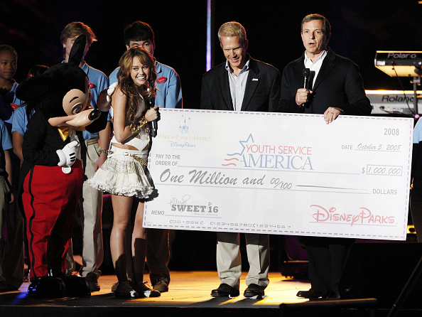 ミッキーマウス「Miley Cyrus' 'Sweet 16' Celebration at Disneyland」:写真・画像(4)[壁紙.com]