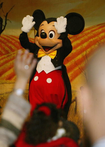 Mickey Mouse「The Salvation Army And Disneyland Thanksgiving Eve Dinner」:写真・画像(4)[壁紙.com]