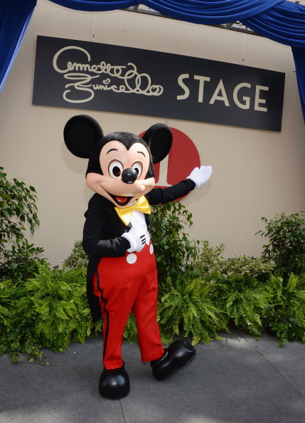 ミッキーマウス「The Walt Disney Company Hosts A Special Stage Rededication Ceremony For Annette Funicello」:写真・画像(13)[壁紙.com]