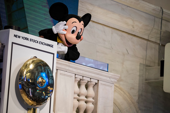 Mickey Mouse「Walt Disney Chairman And CEO Bob Iger Rings Opening Bell At NY Stock Exchange」:写真・画像(16)[壁紙.com]