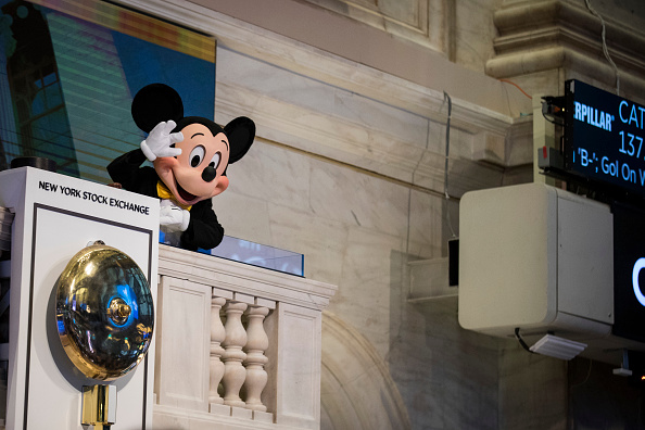 ミッキーマウス「Walt Disney Chairman And CEO Bob Iger Rings Opening Bell At NY Stock Exchange」:写真・画像(11)[壁紙.com]