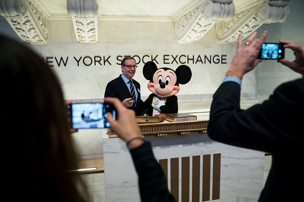 ミッキーマウス「Walt Disney Chairman And CEO Bob Iger Rings Opening Bell At NY Stock Exchange」:写真・画像(3)[壁紙.com]