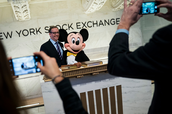 Mickey Mouse「Walt Disney Chairman And CEO Bob Iger Rings Opening Bell At NY Stock Exchange」:写真・画像(18)[壁紙.com]