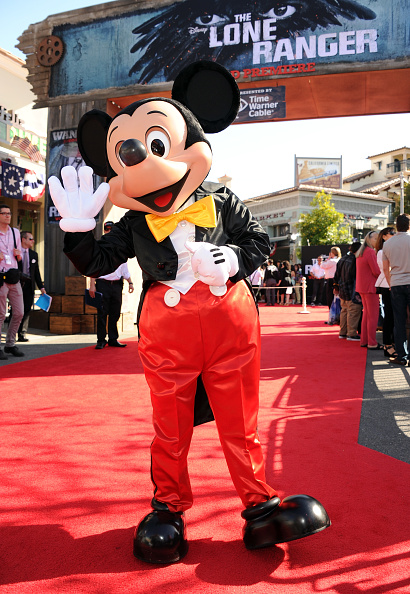ミッキーマウス「Premiere Of Walt Disney Pictures' 'The Lone Ranger' - Red Carpet」:写真・画像(0)[壁紙.com]