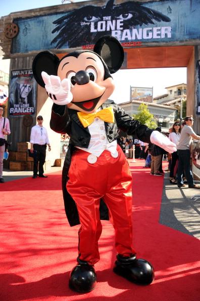 ミッキーマウス「Premiere Of Walt Disney Pictures' 'The Lone Ranger' - Red Carpet」:写真・画像(2)[壁紙.com]