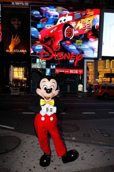 Mickey Mouse「Mickey Mouse Unveils Disney Store's New Digital Billboard In Times Square」:写真・画像(12)[壁紙.com]