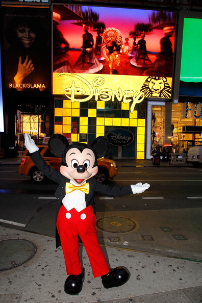 Mickey Mouse「Mickey Mouse Unveils Disney Store's New Digital Billboard In Times Square」:写真・画像(9)[壁紙.com]