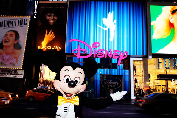 ミッキーマウス「Mickey Mouse Unveils Disney Store's New Digital Billboard In Times Square」:写真・画像(15)[壁紙.com]