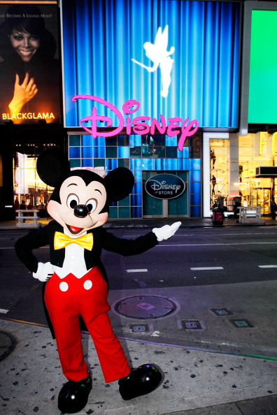 ミッキーマウス「Mickey Mouse Unveils Disney Store's New Digital Billboard In Times Square」:写真・画像(3)[壁紙.com]