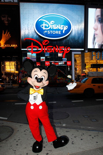 ミッキーマウス「Mickey Mouse Unveils Disney Store's New Digital Billboard In Times Square」:写真・画像(8)[壁紙.com]