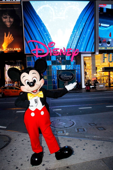 ミッキーマウス「Mickey Mouse Unveils Disney Store's New Digital Billboard In Times Square」:写真・画像(7)[壁紙.com]